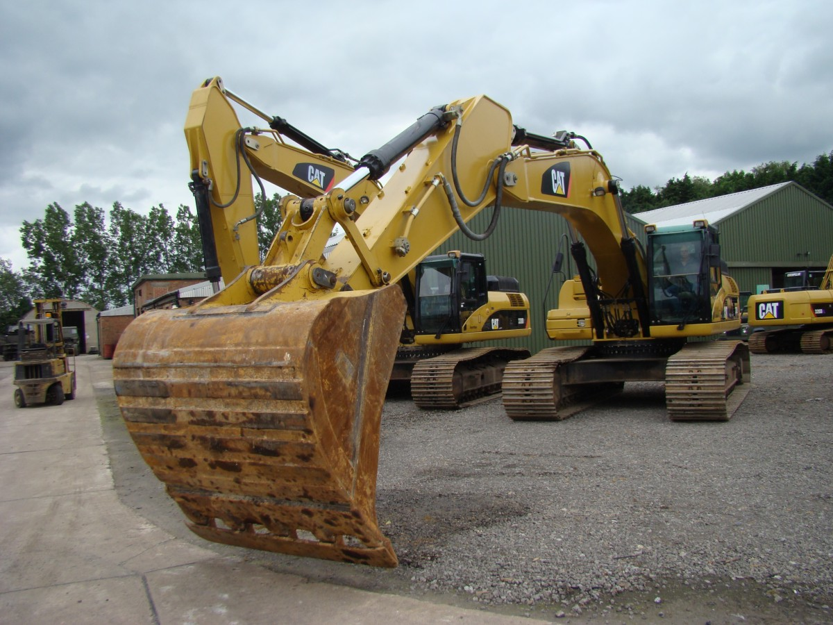Caterpillar 330 DL tracked excavator