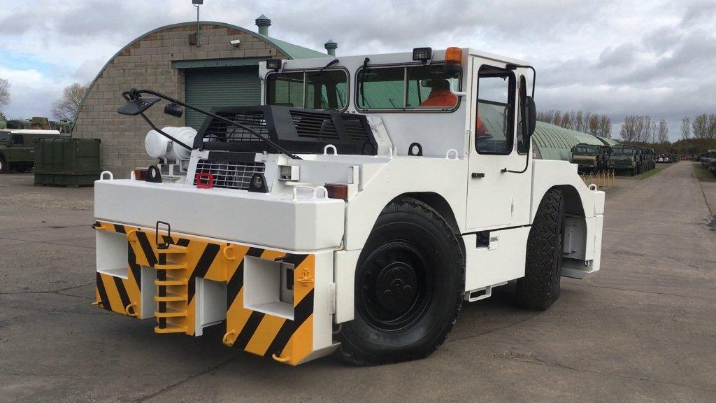 Douglas DC 10-4 - APM medium sized tug | Military Land Rovers 90, 110,130, Range Rovers, Mercedes for Sale